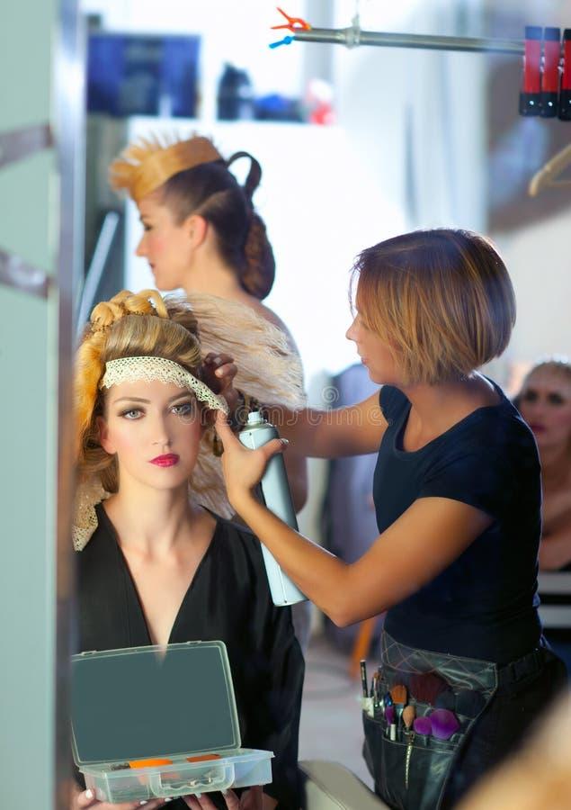 Backstage modo di lavoro di parrucchiere con l'artista di trucco immagini stock libere da diritti