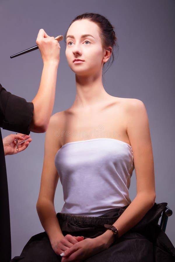 backstage Processus de maquillage avec des outils de maquillage photos libres de droits