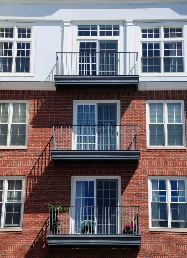 Backsteinbau und Balkon stockbilder