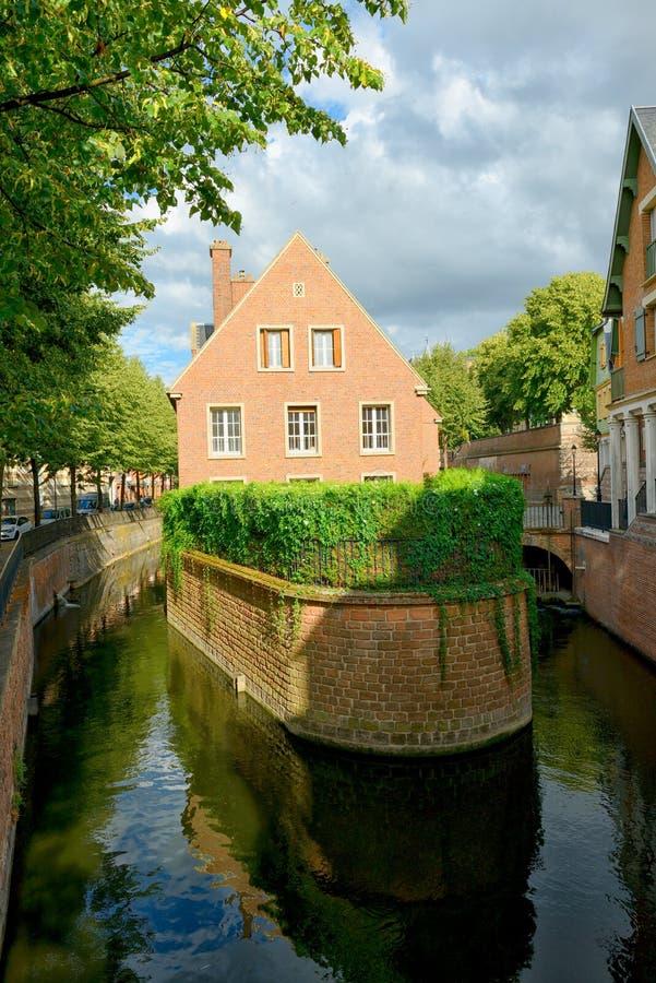 Backsteinhaus auf dem Kanal in Amiens lizenzfreie stockbilder