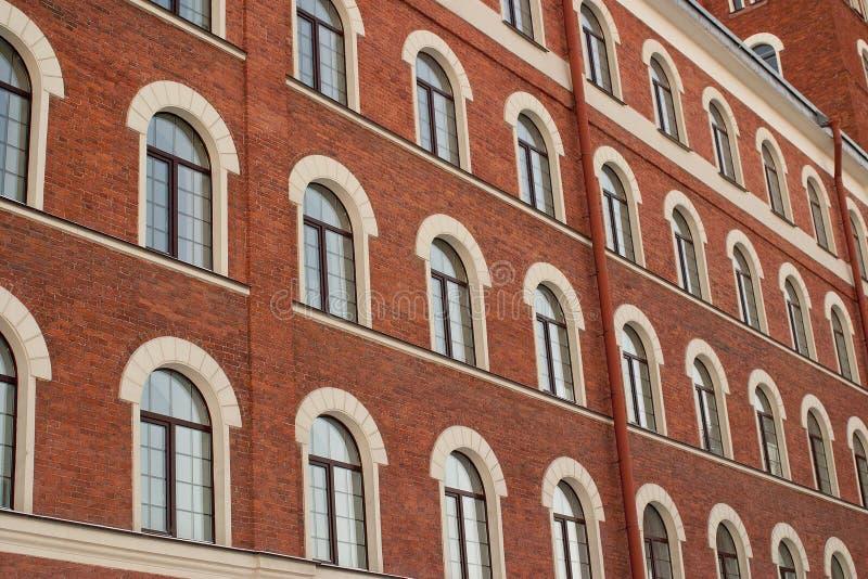 Backsteinhaus mit vielen Fenstern stockfotografie