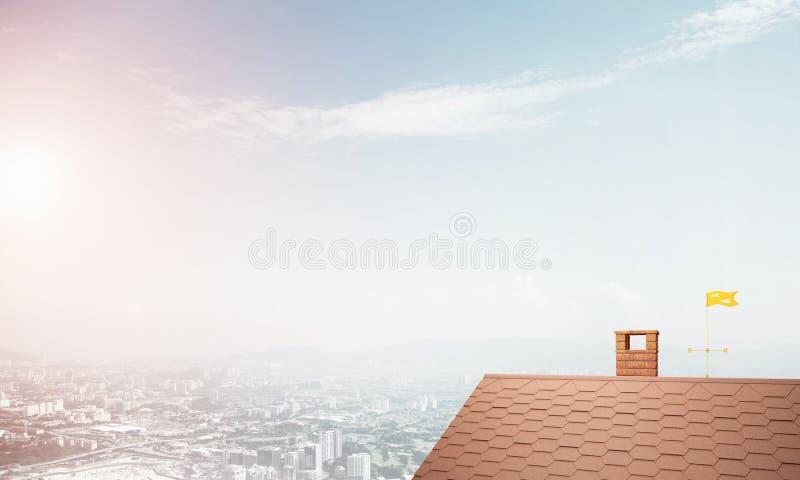 Backsteinhausdach und modernes Stadtbild am Hintergrund stockfoto