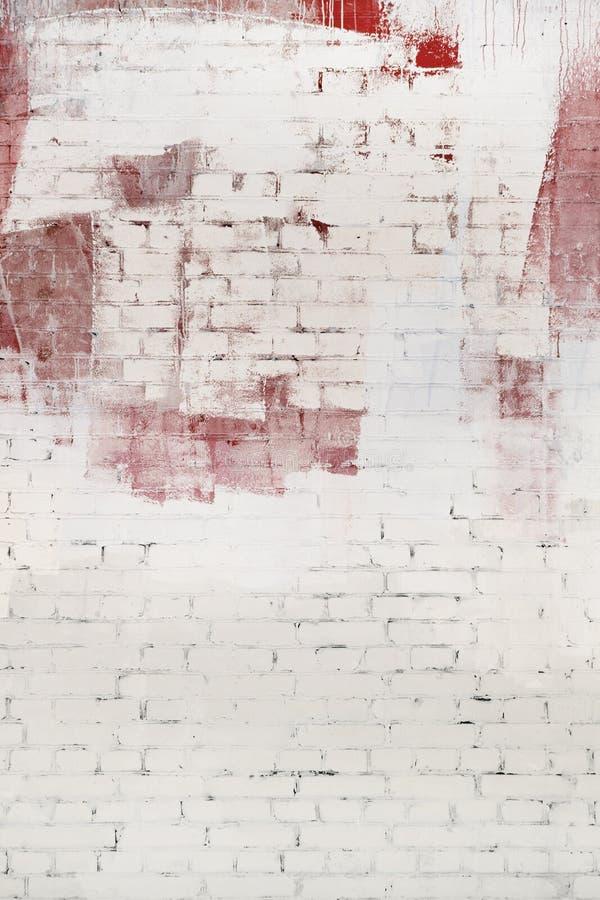 Backsteinmauer abstrakt gemalt mit weißer und roter Farbe Hintergrund, Beschaffenheit lizenzfreie stockfotografie