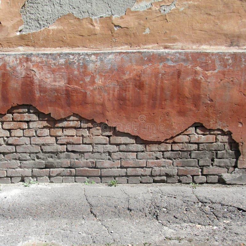 Backsteinmauer die Wand des Hauses mit alter Farbe stockfotografie