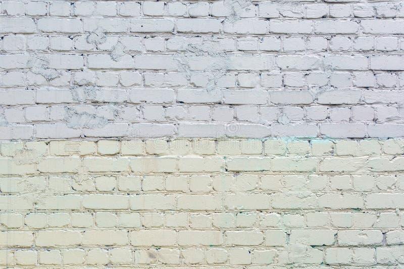 Backsteinmauer gemalt mit grauer und hellgelber Farbe Hintergrund mit Maurerarbeitbeschaffenheit lizenzfreies stockbild