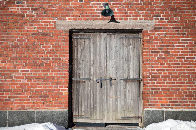 Backsteinmauer mit des alten hölzernen Gatters lizenzfreie stockfotos