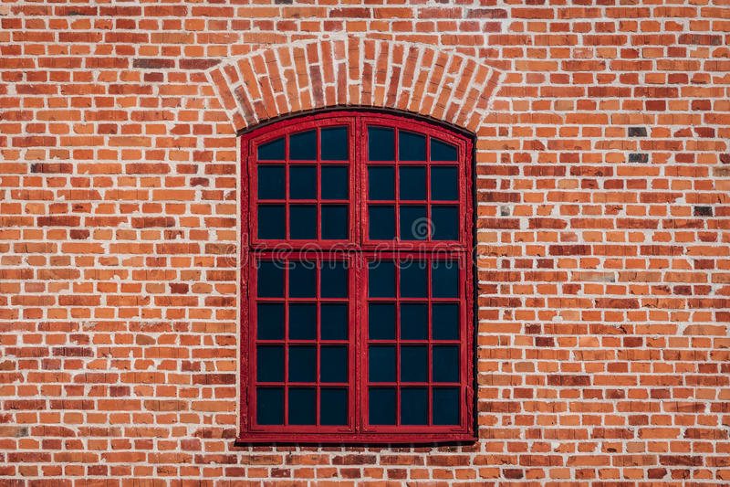 Backsteinmauer mit rotem Fenster stockfoto