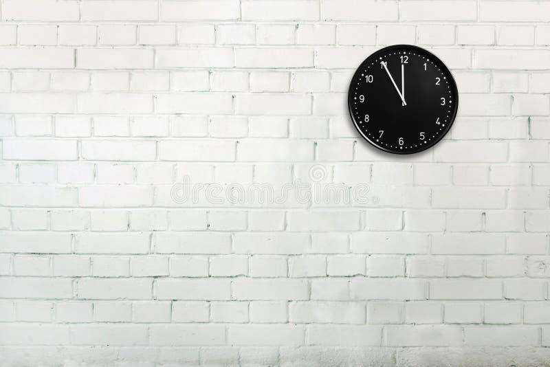 Backsteinmauer mit Uhr lizenzfreies stockbild