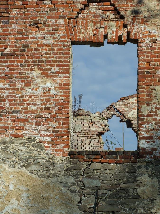 Backsteinmauer und Fenster mit Himmel stockbilder