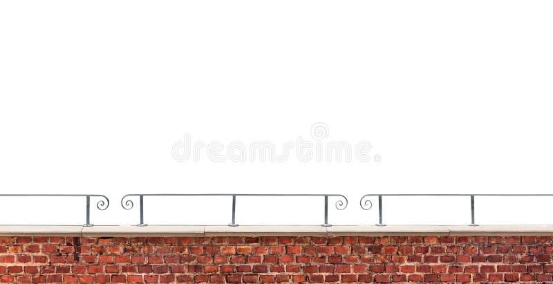 Backsteinmauer und Geländer lokalisiert auf weißem Hintergrund lizenzfreie stockbilder