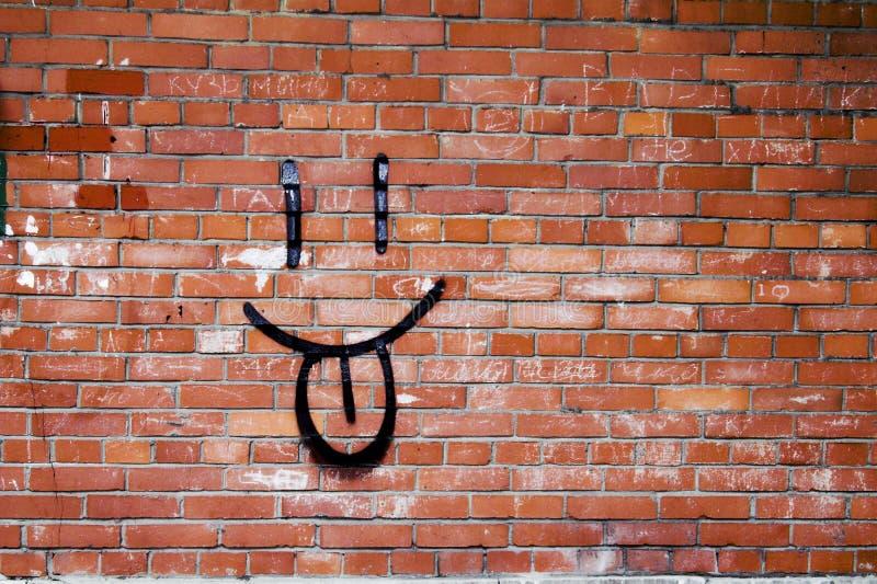 Backsteinmauer-und Lächeln-Graffiti lizenzfreies stockbild
