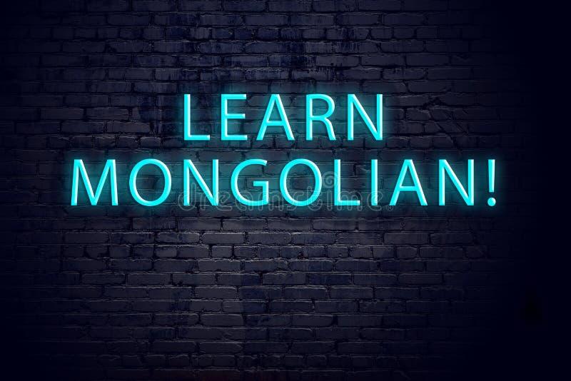 Backsteinmauer und Leuchtreklame mit Aufschrift Konzept des Lernens mongolisch lizenzfreies stockfoto