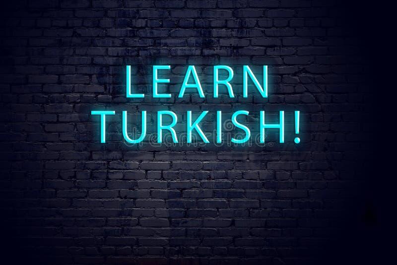Backsteinmauer und Leuchtreklame mit Aufschrift Konzept des Lernens von Türkisch lizenzfreies stockfoto
