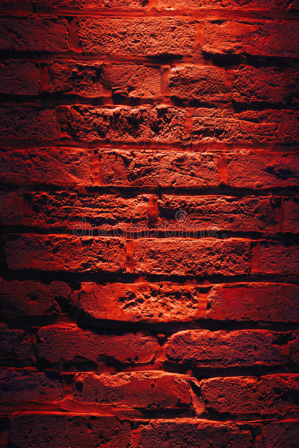 Backsteinmauer und rote Leuchte nachts lizenzfreie stockbilder