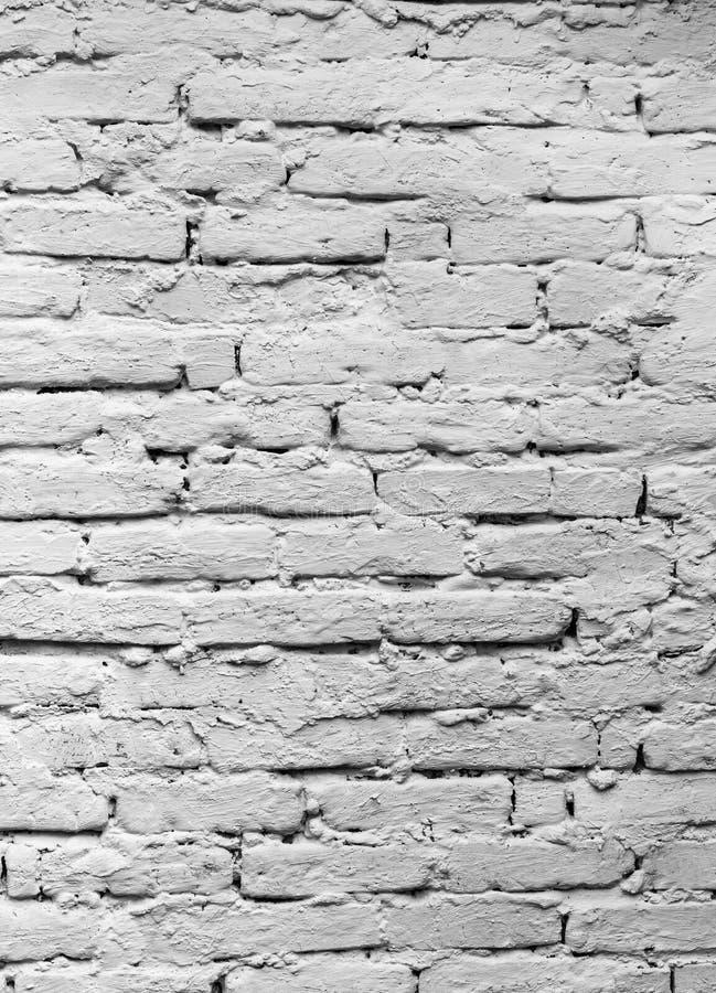 Backsteinmauer, ungefähr gefaltet und mit Tünche bedeckt lizenzfreies stockbild