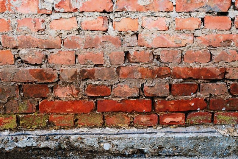 Backsteinmauerhintergrund mit konkretem Vorgespinst unten lizenzfreie stockfotos