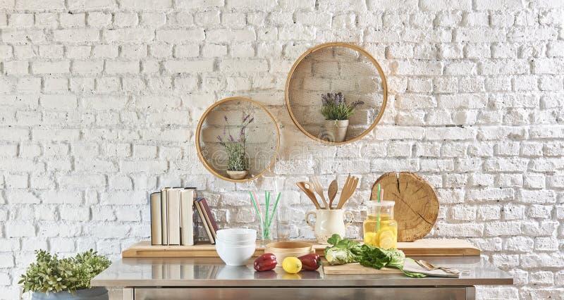 Backsteinmauerinnenraum mit rundem Rahmen und Tabelle lizenzfreie stockfotografie