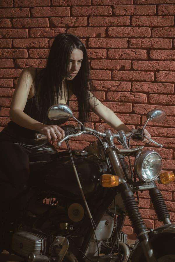 backstreet backstreet dziewczyna na motocyklu dziewczyna rowerzysta na motocyklu w backstreet backstreet kobiety rowerzysta zdjęcia stock