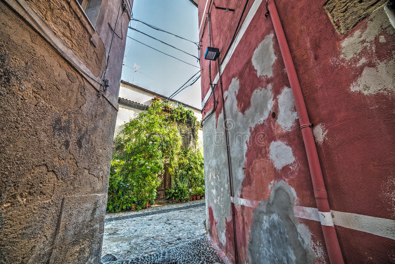 Backstreet estrecho en la ciudad vieja de Sassari fotografía de archivo libre de regalías