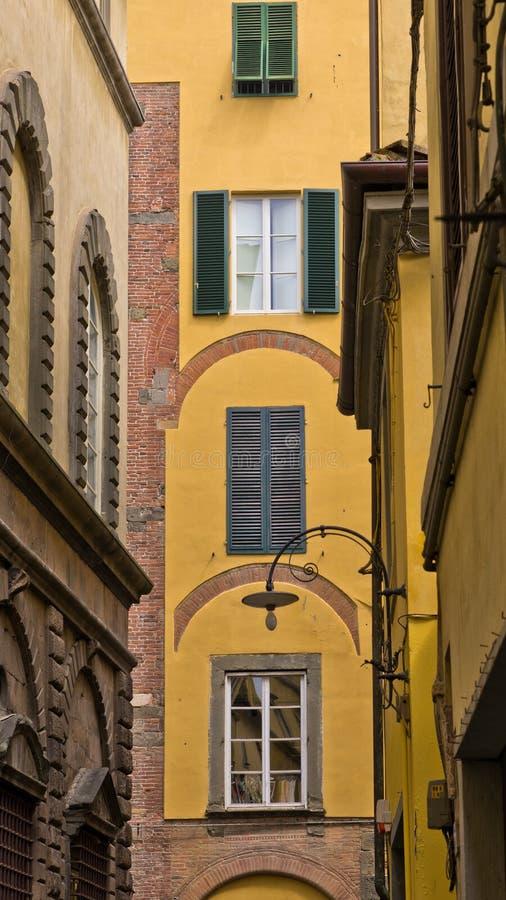 Backstreet z typowymi włochów domami w Lucca, Tuscany obrazy stock