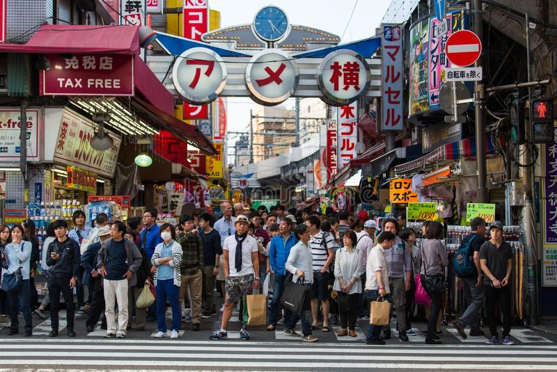 Backstreets occupati di Tokyo su un pomeriggio tipico fotografie stock