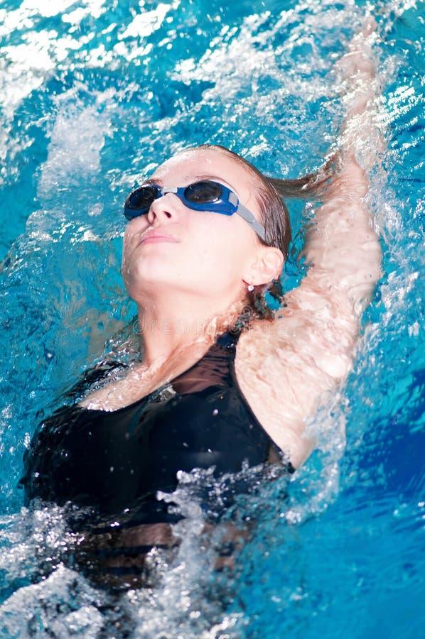 backstroke делая пловца swim встречи стоковое фото