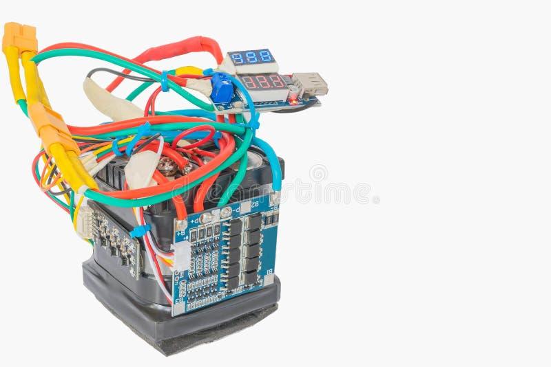 Backup-Akku, Lithium-Phosphat-Akku-Strombank, Kontrollschaltkreis-Modul, DIY für sich auf dem weißen Hintergrund lizenzfreies stockfoto