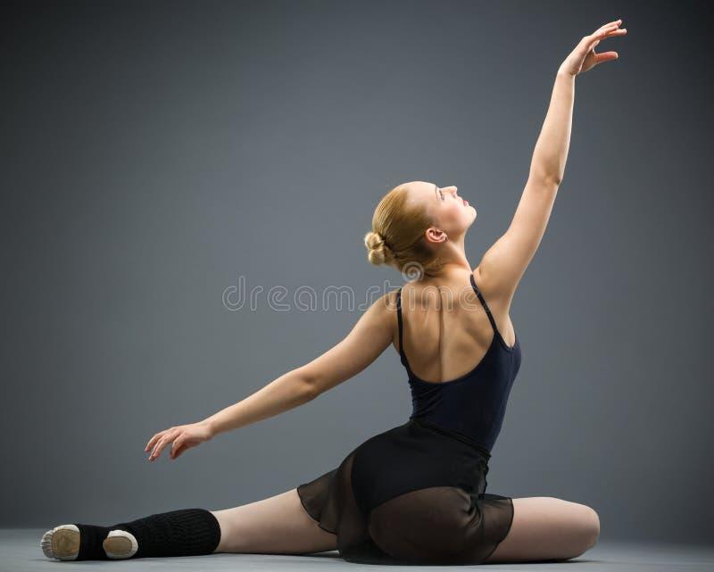 Backview του χορού στο ballerina πατωμάτων στοκ εικόνα με δικαίωμα ελεύθερης χρήσης