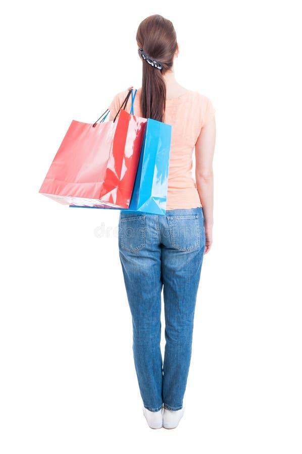 Backview των μόνιμων και φέρνοντας αγορών τσαντών γυναικών στο shoulde στοκ φωτογραφία με δικαίωμα ελεύθερης χρήσης