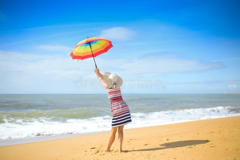 Backview красивой женщины с зонтиком радуги стоковая фотография rf