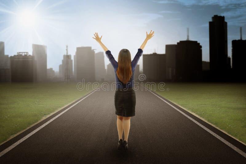 Backview da mulher de negócios On The Road na opinião da cidade imagem de stock