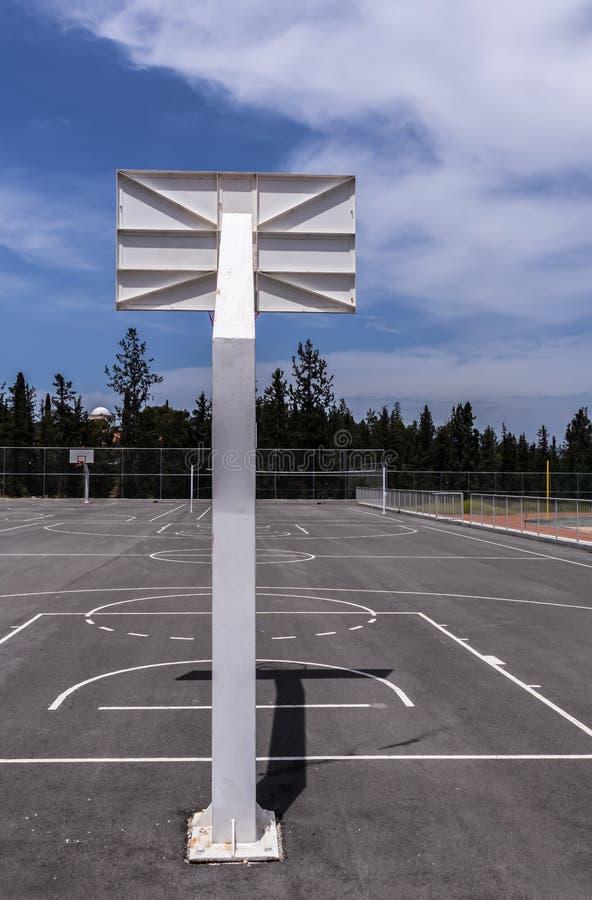 Backview del aro de baloncesto imagenes de archivo