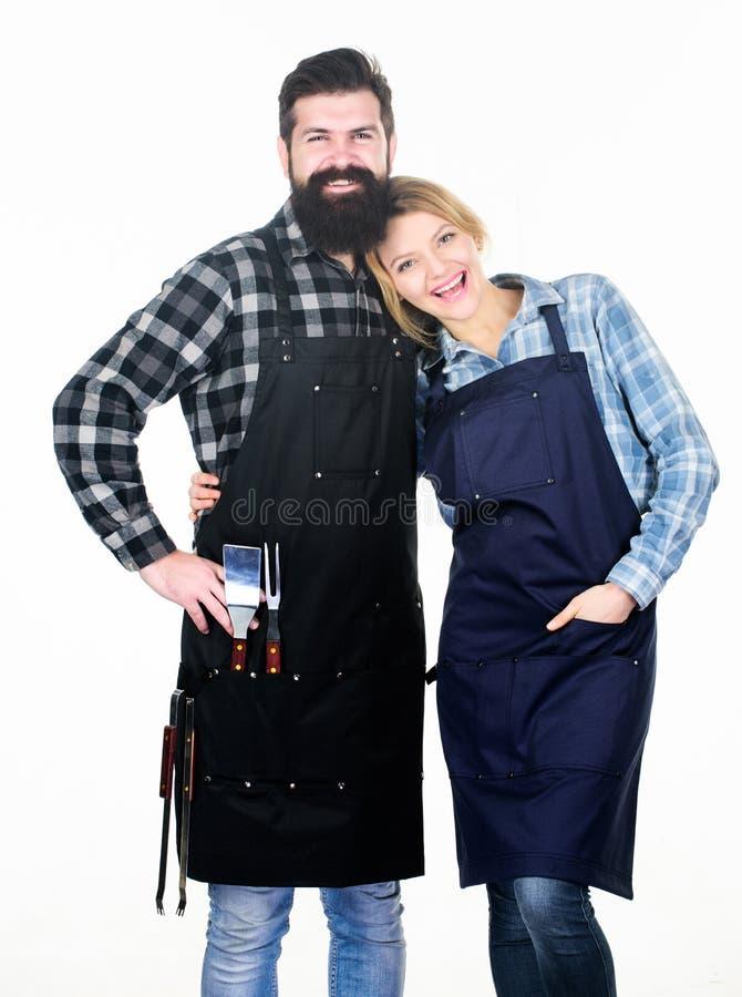 Backyard barbecue party Amerikaanse voedseltraditie Samen koken Paar in liefde klaar voor barbecue Man royalty-vrije stock afbeeldingen