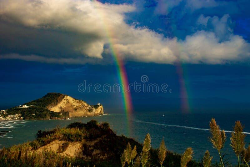 Bacoli, Capo Miseno encerrou pelo arco-íris imagem de stock