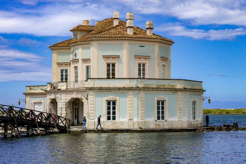 Bacoli, Nápoles, Italia La casa del vanvitelliana en el lago Fusaro fotos de archivo
