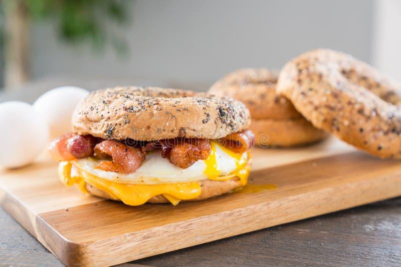 Bacon-, ägg- och ostfrukostsmörgås arkivbild