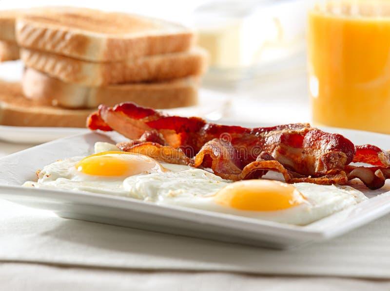 Bacon, ägg och rostat brödfrukost royaltyfri fotografi