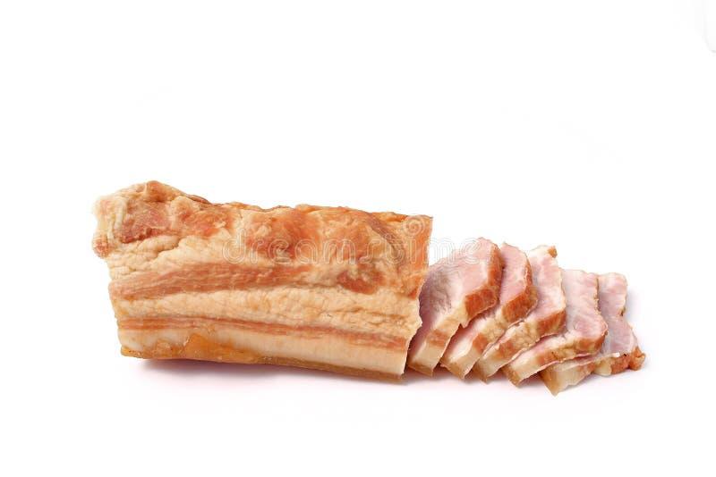 Bacon affettato su fondo bianco grasso della carne di maiale con le vene immagine stock