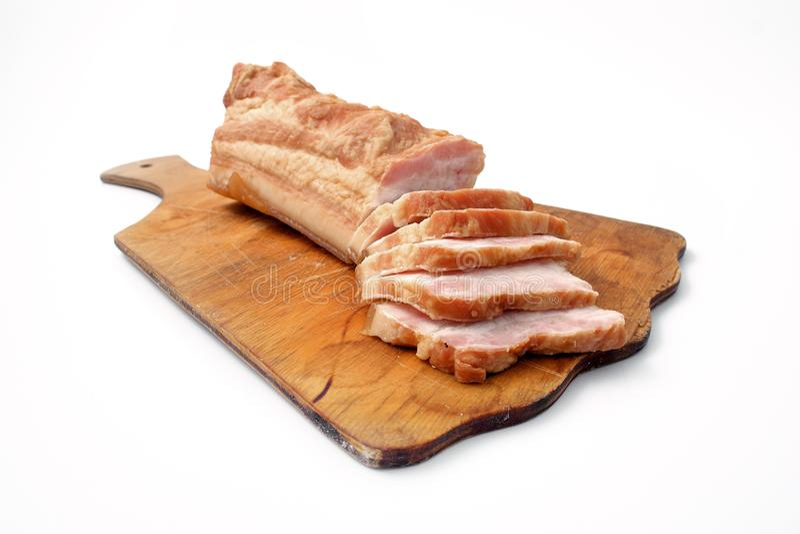 Bacon affettato su fondo bianco grasso della carne di maiale con le vene immagini stock libere da diritti