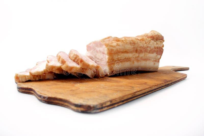 Bacon affettato su fondo bianco grasso della carne di maiale con le vene fotografie stock libere da diritti