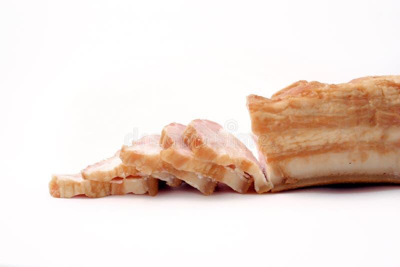 Bacon affettato su fondo bianco grasso della carne di maiale con le vene immagini stock