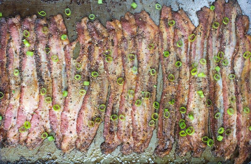 Bacon al forno del granello di pepe dentro in teglia da forno fotografia stock libera da diritti