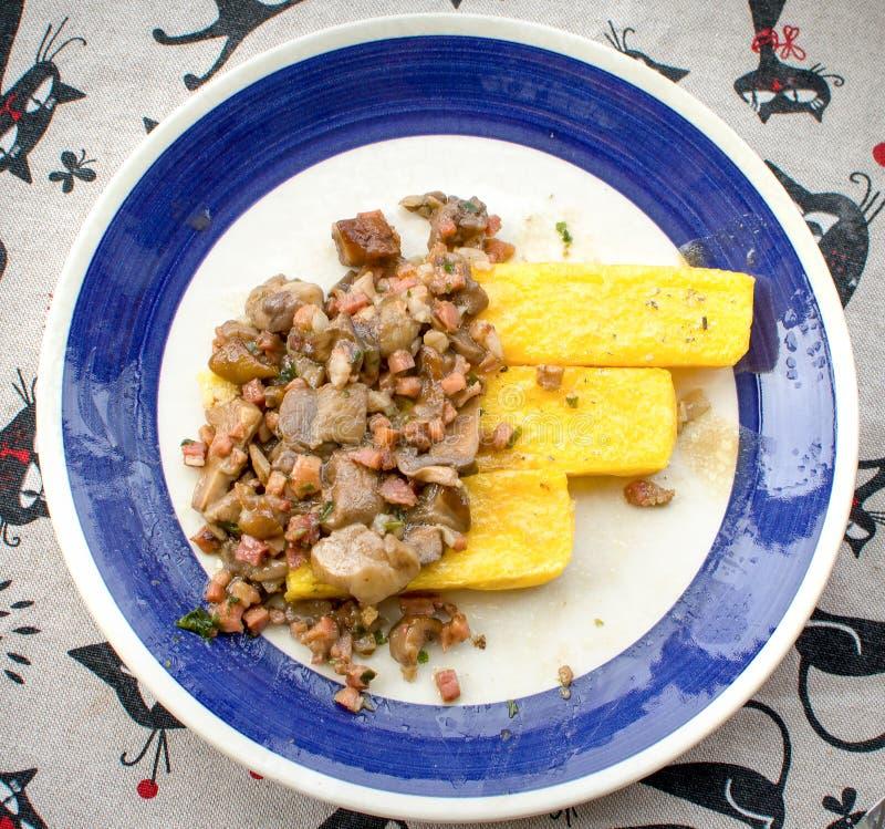 Bacon arrostito della macchietta dei funghi del bastone della polenta fotografia stock libera da diritti