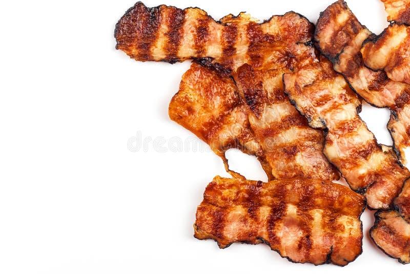 bacon arrostito su bianco Bacon cucinato croccante sulla Tabella Alimento non sano Rischio di obesità Barbecue casalingo fotografie stock libere da diritti