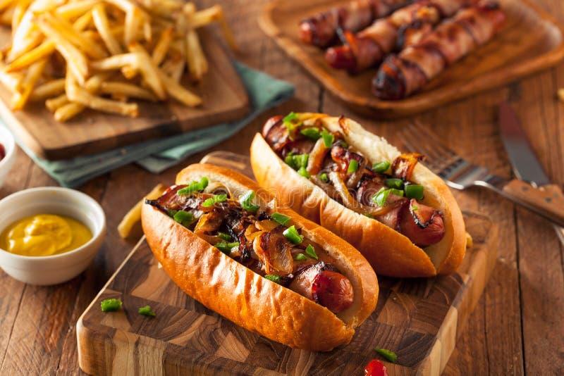 Bacon caseiro cachorros quentes envolvidos fotografia de stock royalty free