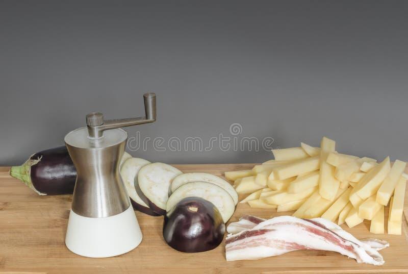 Bacon com beringela e as batatas frescas foto de stock royalty free