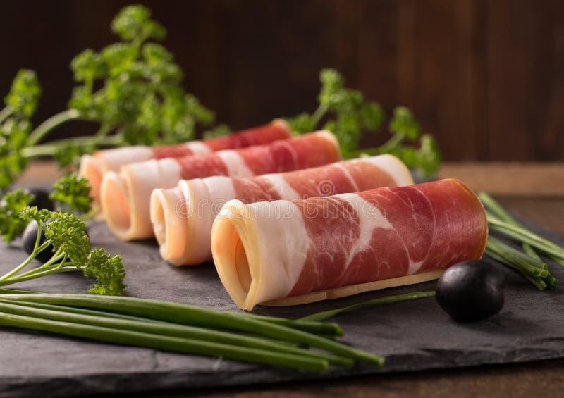 Bacon cortado delicioso na tabela de madeira fotografia de stock royalty free