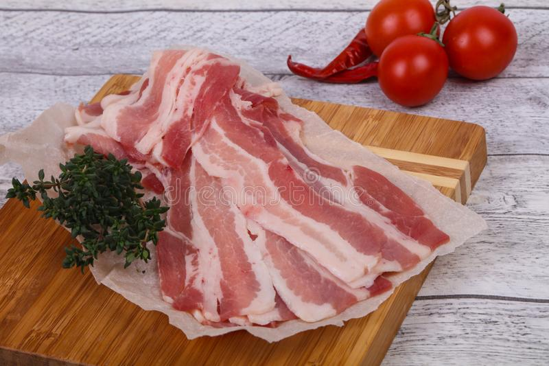 Bacon cru na placa fotografia de stock royalty free