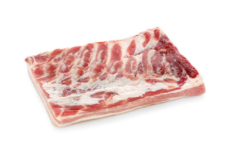Bacon crudo fresco isolato su fondo bianco immagini stock libere da diritti