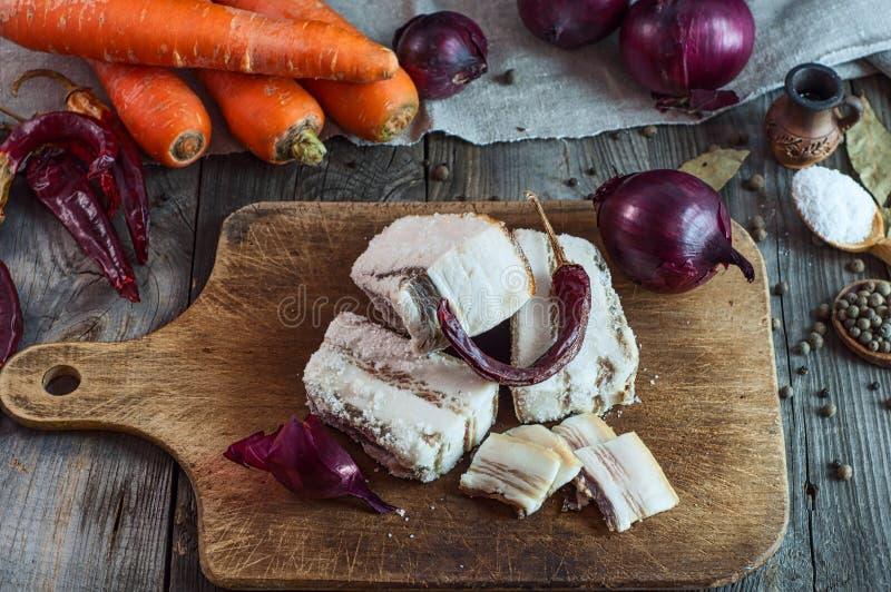 Bacon del piccolo salato su un bordo della cucina fotografia stock libera da diritti